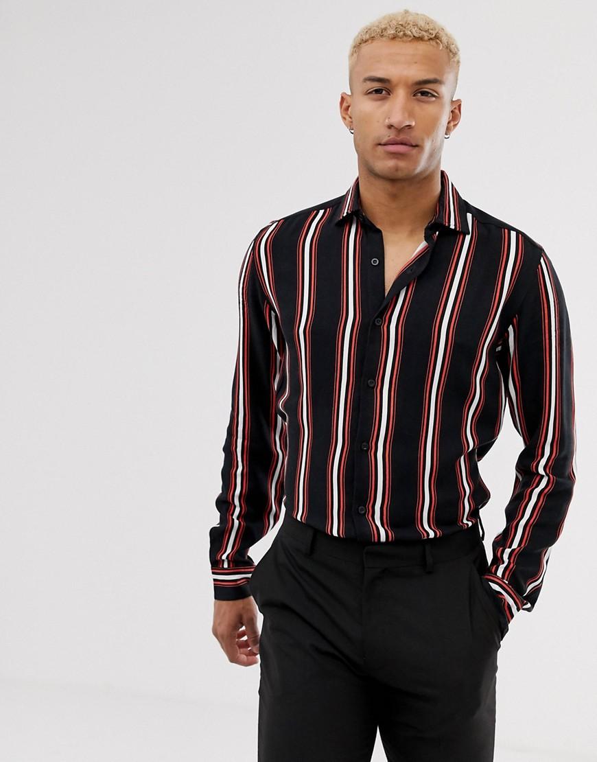 Camisa entallada con diseño llamativo a rayas de