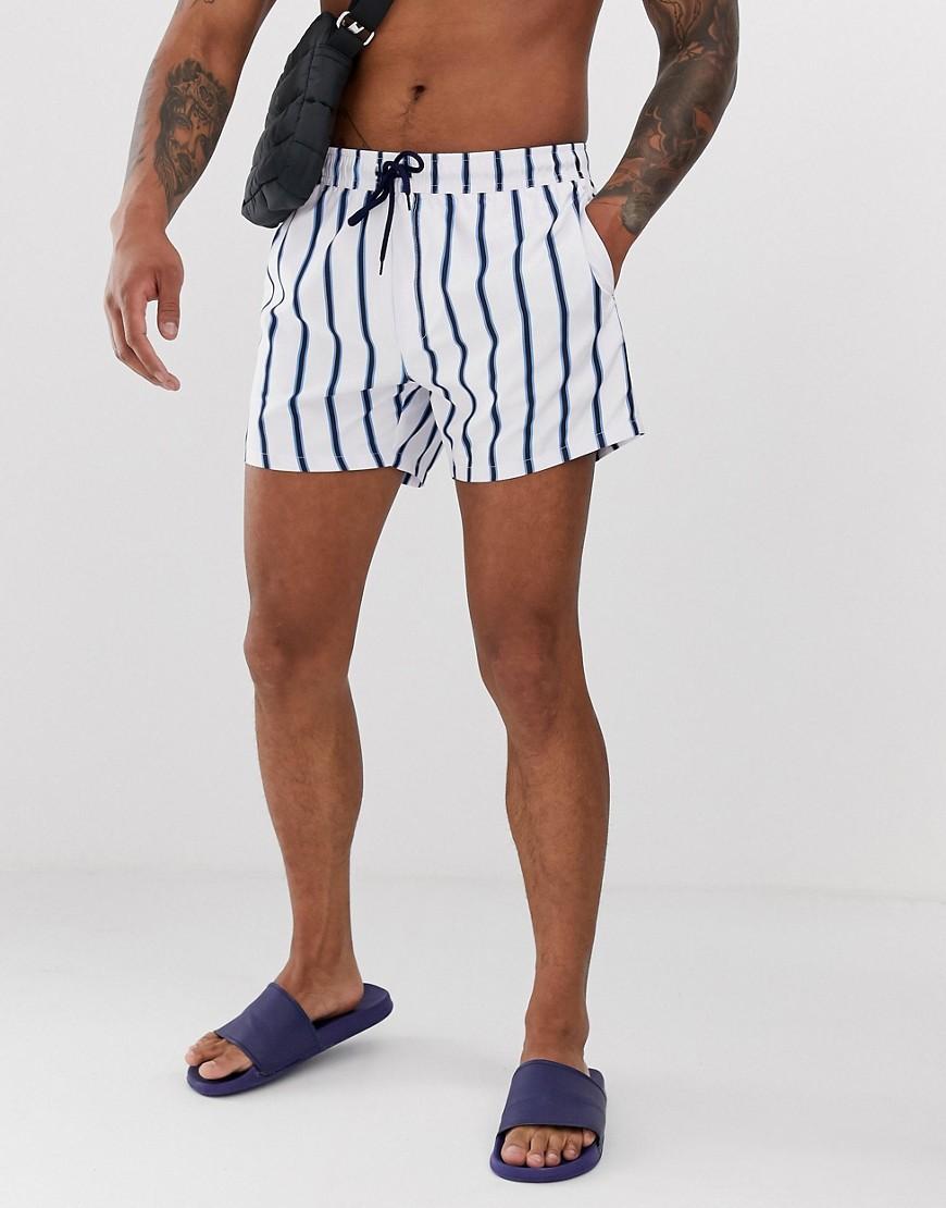 16cf1834300d Shorts de baño cortos a rayas blancas y azul marino de ASOS DESIGN