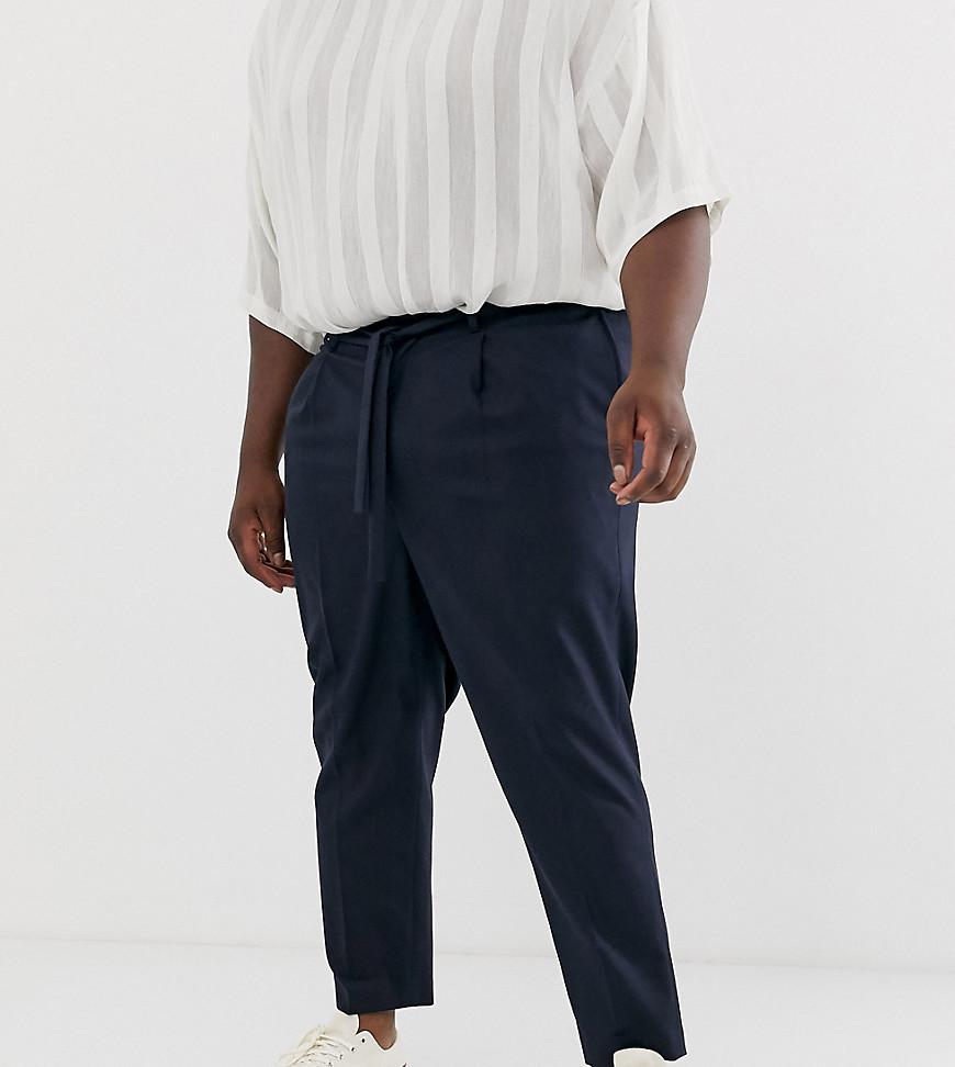 mejor servicio 6dfbb 3c926 Pantalones capri de vestir de corte tapered azul marino y detalle anudado  en la cintura de ASOS DESIGN Plus